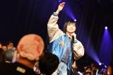1F客席に入って歌い、声援に応える太田夢莉(17日=東京国際フォーラム ホールC)(C)NMB48