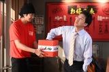 12月25日放送、総合テレビ『LIFE!〜人生に捧げるコント〜』スタジオコント「ラッキーチャンス」でラーメン店の店主を熱演する向井理(左)。ムロツヨシも出演(C)NHK