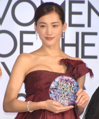 ベアトップドレスでデコルテを大胆披露した綾瀬はるか=『VOGUE JAPAN WOMEN OF THE YEAR 2019』の授賞式(C)ORICON NewS inc.