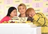 AAA與真司郎の誕生日をひと足早く祝ったガンバレルーヤ・よしこ(左)、まひる(右) (C)ORICON NewS inc.