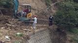 2018年の西日本豪雨被害から復興を目指し、崩れた農道を自ら直す若手農家たち(C)eat