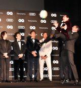 田村優選手からパスを受ける霜降り明星・せいや =『GQ MEN OF THE YEAR 2019』授賞式 (C)ORICON NewS inc.