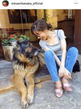 写真集撮影のスペインにて「タリオリーニのお店の看板犬と」2ショット(写真はインスタグラムより)