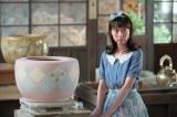 連続テレビ小説『スカーレット』第8週・第47回より。マスコットガールのようなポーズを要求され困惑する川原喜美子(戸田恵梨香)(C)NHK