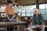 連続テレビ小説『スカーレット』第8週・第43回より。喜美子(戸田恵梨香)にデザインを考えてみるかと提案をする深野(イッセー尾形)(C)NHK