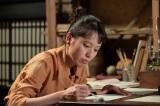 連続テレビ小説『スカーレット』第8週・第43回より。火鉢のデザインを考える喜美子(戸田恵梨香)(C)NHK