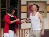 """『吉本新喜劇ワールドツアー〜60周年 それがどうした!〜』マレーシア公演で激レアの""""服を着たまま乳首ドリル""""を披露した(左から)すっちー、吉田裕"""