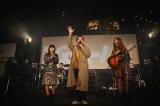 ジェニーハイと、ゲストのアイナ・ジ・エンド(BiSH/左)と飛び入り参加のノブ(千鳥/中) 撮影/井出康郎