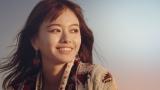 晴れやかな笑顔をみせる山本舞香。不動産総合デベロッパー「マリモ」CM『SUN RISE篇』より