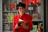 全身真っ赤なスーツなど奇抜な姿で登場する松重豊(C)テレビ朝日