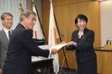 高市早苗総務大臣から認定証を受け取る吉本興業ホールディングスの稲垣豊副社長