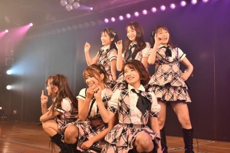 AKB48の9期生が10周年公演を開催(前列左から)島田晴香、山内鈴蘭、竹内美宥(後列左から)横山由依、永尾まりや、大場美奈(C)AKS