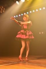 M5「わるきー」ならぬ「すずきー」を披露する山内鈴蘭=『AKB48 9期生10周年公演』より(C)AKS