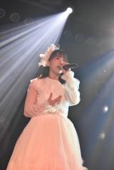 M7「右肩」を歌う大場美奈=『AKB48 9期生10周年公演』より(C)AKS