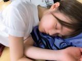 レッスン場で眠る生田絵梨花(撮影/白石麻衣)=『乃木撮 VOL.02』より