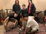バンドメンバーとレコーディング時の記念写真