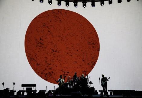 エンディングでは「日本」の文字に続き、日の丸が。さいたまスーパーアリーナで13年ぶりの日本公演を行ったU2 Photo by ROSS STEWART