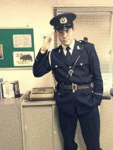 警察官姿を披露した鈴木亮平 (写真は公式ブログより)