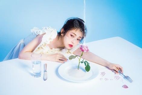 "『MAJOLICA MAJORCA ""Daydream"" Book』の表紙を飾った浜辺美波(写真=宝島社)"