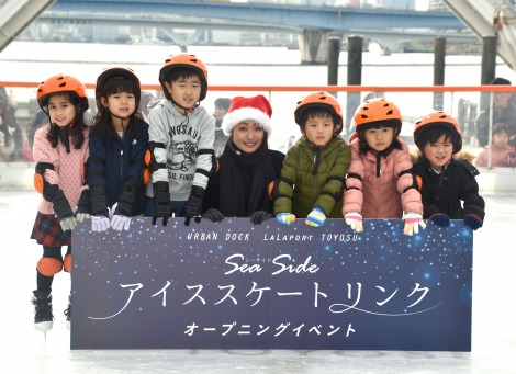 『Sea Side アイススケートリンク』のオープニングイベントに出席した安藤美姫(中央) (C)ORICON NewS inc.