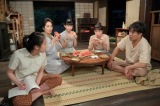 連続テレビ小説『スカーレット』の川原家の茶の間。右端が北村一輝が演じるヒロイン喜美子の父・川原常治(C)NHK