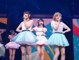 (前列左から)村山彩希、岡田奈々(C)AKS