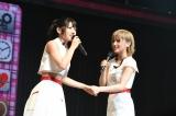 """単独コンサート決定に握手を交わす""""ゆうなぁ""""(左から)村山彩希、岡田奈々(C)AKS"""