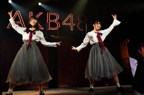 M9「モニカ、夜明けだ」(左から)山内瑞葵、村山彩希(C)AKS