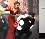 上島竜兵をパンチするゆきぽよ=Netflix映画『6アンダーグラウンド』のジャパンプレミア上映会 (C)ORICON NewS inc.