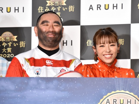 『ARUHI presents 本当に住みやすい街大賞 2020』受賞式に登場した(左から)レイザーラモンRG、若槻千夏 (C)ORICON NewS inc.