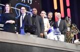 (左から)キャスリーン・ケネディP、J.J.エイブラムス監督、ジョン・ボイエガ、デイジー・リドリー、オスカー・アイザック、アンソニー・ダニエルズ (C)ORICON NewS inc.
