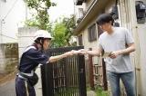 福山雅治に手紙を届ける矢部太郎(C)2020「ラストレター」製作委員会