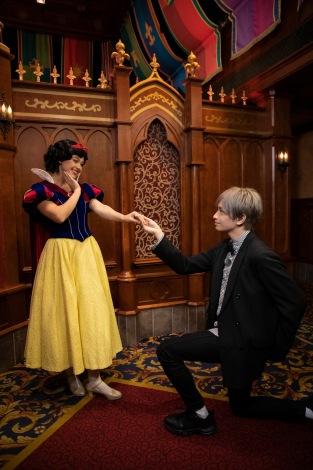 『Disney イッツ・ア・クイズワールド クリスマス・スペシャル』で中島健人(Sexy Zone)と白雪姫が対面 (C)Disney