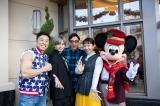 『Disney イッツ・ア・クイズワールド クリスマス・スペシャル』でカリフォルニアのディズニーリゾートを訪れたなかやまきんに君、中島健人、は小宮山雄飛、浜口京子(C)Disney