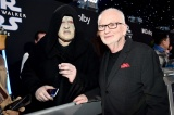 パルパティーンに扮したファンとイアン・マクダーミド(C)2019 Getty Images