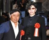 『第44回 報知映画賞』授賞式に出席した(左から)武内英樹監督、GACKT (C)ORICON NewS inc.