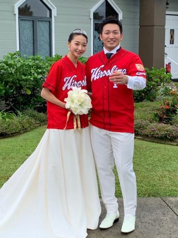 カープのユニホームを着る鈴木誠也外野手(右)と畠山愛理 (写真は公式ブログより)