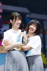 念願の東京ドーム公演が発表され歓喜する佐々木美玲(左)と渡邉美穂