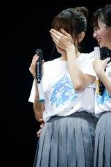 東京ドーム公演がサプライズ発表され涙をぬぐう佐々木久美