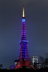 映画『スター・ウォーズ/スカイウォーカーの夜明け』(12月20日公開)を記念して、東京タワーでライトサイドの青とダークサイドの赤の特別ライトアップを実施
