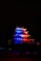 映画『スター・ウォーズ/スカイウォーカーの夜明け』(12月20日公開)を記念して、名古屋城がライトサイドの青とダークサイドの赤に染まった
