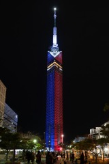映画『スター・ウォーズ/スカイウォーカーの夜明け』(12月20日公開)を記念して、福岡タワーがライトサイドの青とダークサイドの赤に染まった