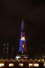 映画『スター・ウォーズ/スカイウォーカーの夜明け』(12月20日公開)を記念して、さっぽろテレビ塔がライトサイドの青とダークサイドの赤に染まった