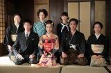 連続テレビ小説『スカーレット』第12週・第72回より。喜美子(戸田恵梨香)と八郎(松下洸平)の結婚を記念して写真を撮る一同(C)NHK