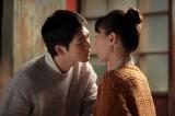 初めてのキスをする喜美子と八郎(C)NHK