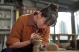 連続テレビ小説『スカーレット』第12週・第68回より。珈琲茶碗の半分を喜美子に任せることに(C)NHK