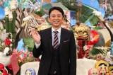 フジテレビ『なるほど!ザ・ワールド 〜新年あけまして!!奇跡の絶景スペシャル〜』で司会を務める有吉弘行(C)フジテレビ