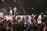 1周年記念ライブ最後は38人全員でデビュー曲「憂鬱な空が好きなんだ」で締めくくった