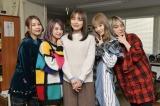内田理央(中央)主演ドラマ『来世ではちゃんとします』の撮影現場を訪問したSCANDAL(C)「来世ではちゃんとします」製作委員会