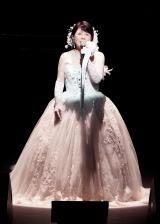 純白のドレス姿で熱唱する森昌子=『爆笑!コントで綴る昭和歌謡パート3』